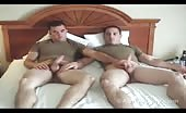 Un duo de militaire fait la masturbation