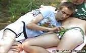 Ados pervers s'apprêtent au dehors pour un peu de sexe anal