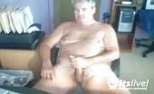 Mature blond montre la masturbation à un jeune en ligne