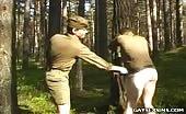 Scène de BDSM dans les bois