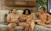 Bisexuel, il se fait pomper le dare par une brune et un mec