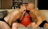 Deux salauds s'apprêtent pour une partie à trois bisexuelle