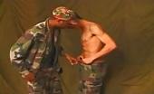 Sexe interracial entre des militaires